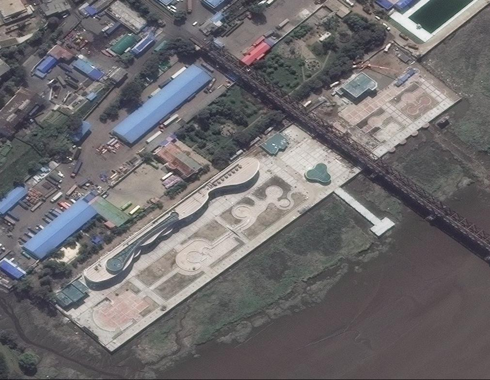 The Amnok River Tourist Area is the only noticeable economic project that has been completed in Sinuiju involving a foreign investor, the Dandong International Travel Agency. Satellite imagery suggests under-utilization and minimal activity. Copyright 2018 Digital Globe