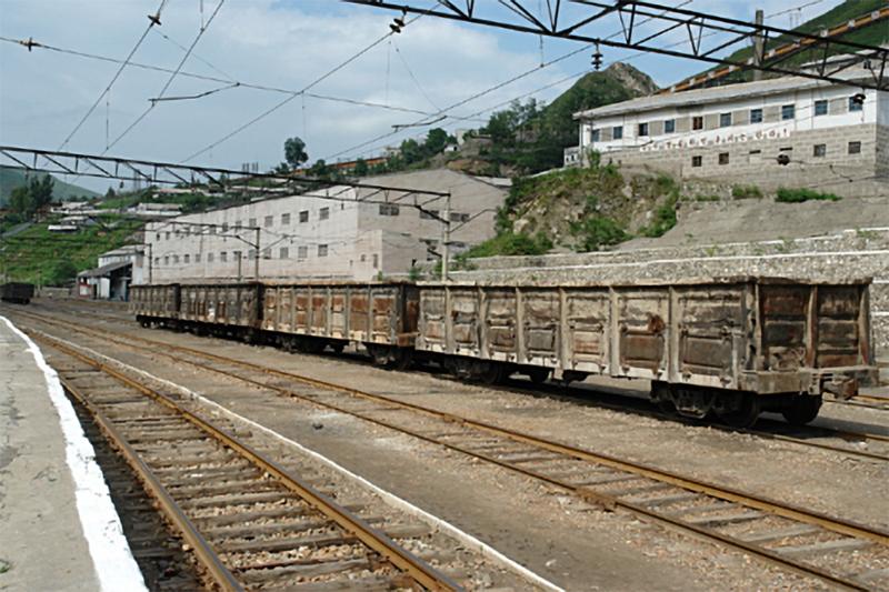 Railyard at Kumgol (Hankyoreh, 2017.07.26).png. The railyard at Kumgol with four gondolas.